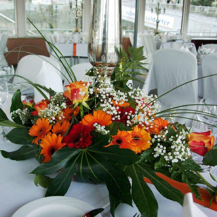 Tischdekoration_0000_2.1 - Bildbeispiel Variante 2 - Kerzenständer mit Blumenbouquet