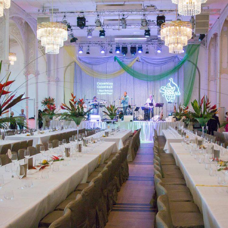 Tischdekoration_0001_6 - Bildbeispiel - Tischdekoration Martiniglas mit Blumenbouquet